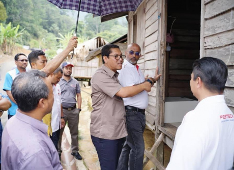 YAB Chief Minister of Perak visits the villagers' houses accompanied by Mr. Vind Sidhu
